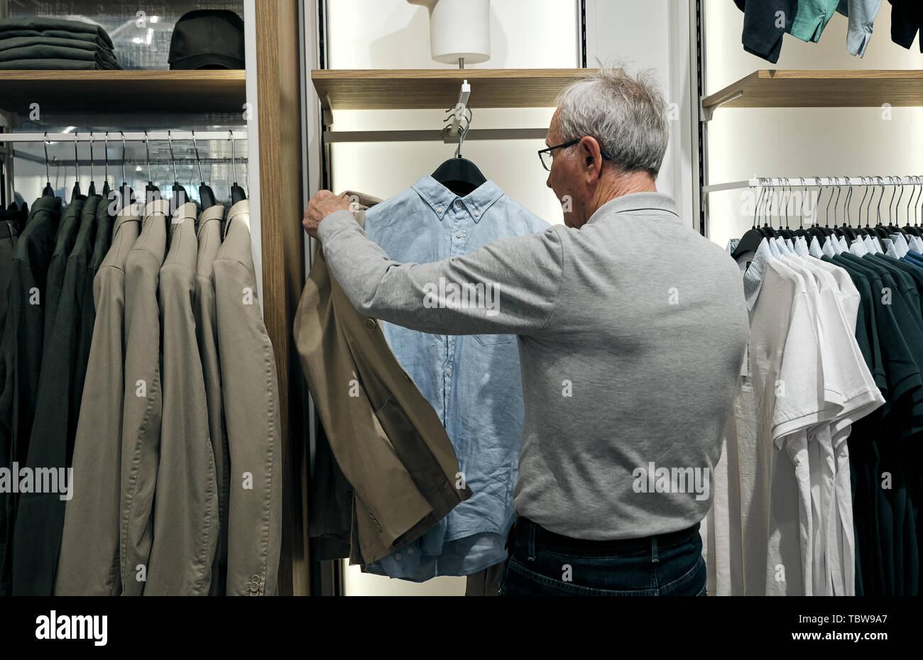 Viejo Hombre Senior Haciendo Compras Elegir Ropa En Vintage Tienda De Ropa En Venta Compras Moda Y Gente Concepto Fotografía De Stock Alamy