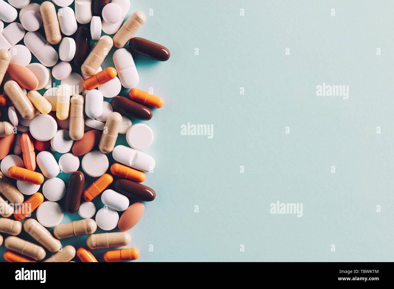 Montón de píldoras de colorido de las tabletas y las cápsulas con copia espacio para el texto. Vista de arriba hacia abajo. Foto de stock