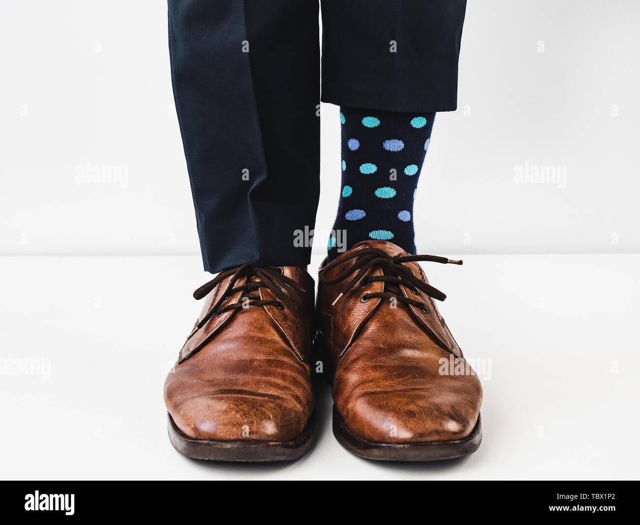 fa242bd3 Gerente de Oficina de pie en elegantes zapatos, pantalones azules y  brillantes, coloridos calcetines sobre un fondo blanco, aislado. Close-up.