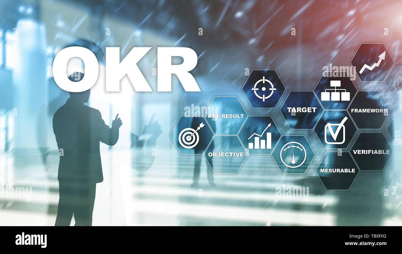 OKR - objetivo resultado clave concepto. Mixed Media en una estructura virtual pantalla. Gestión de proyectos. Foto de stock