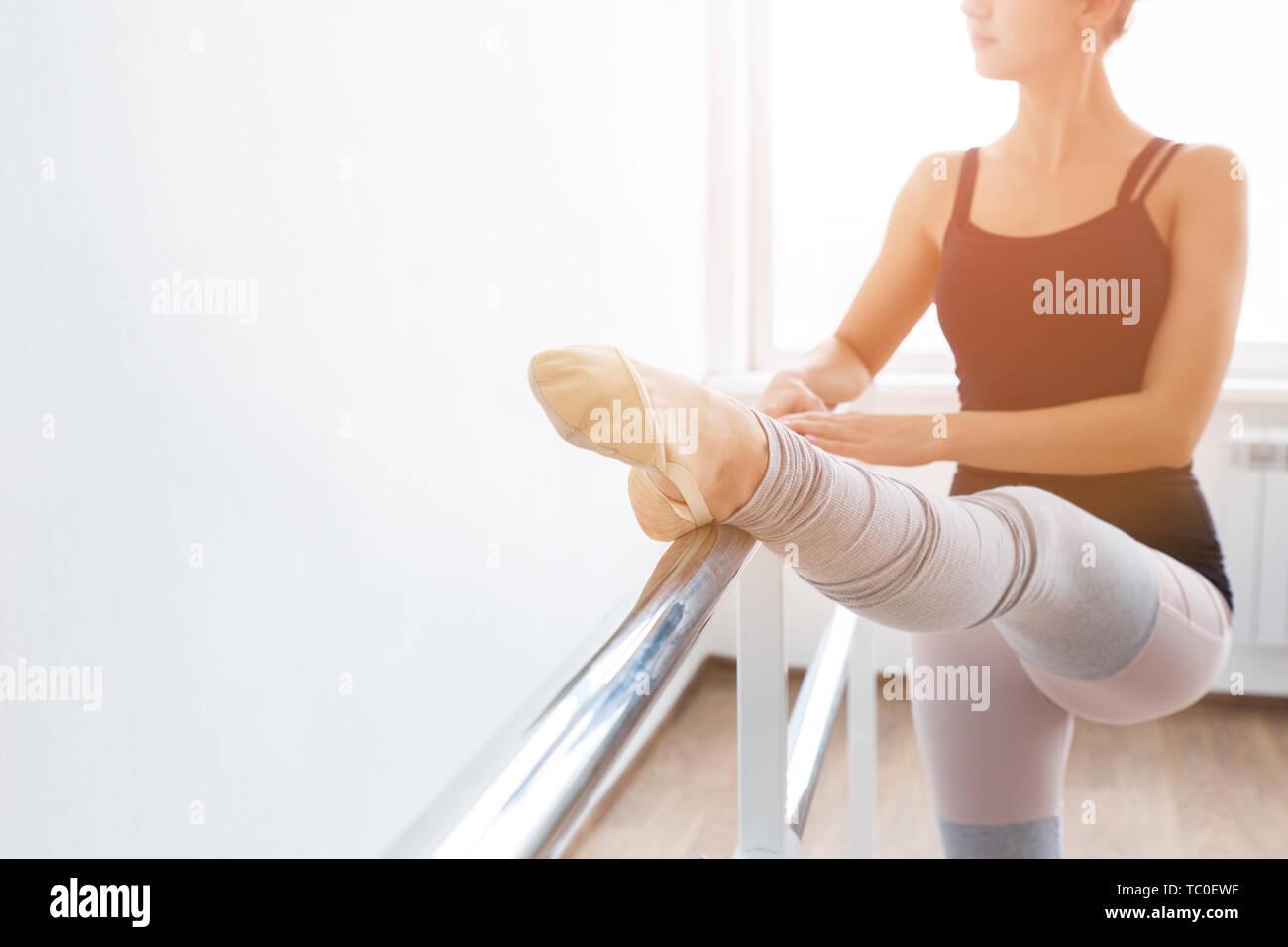 La mujer en el salón de baile en el ballet la máquina Foto de stock