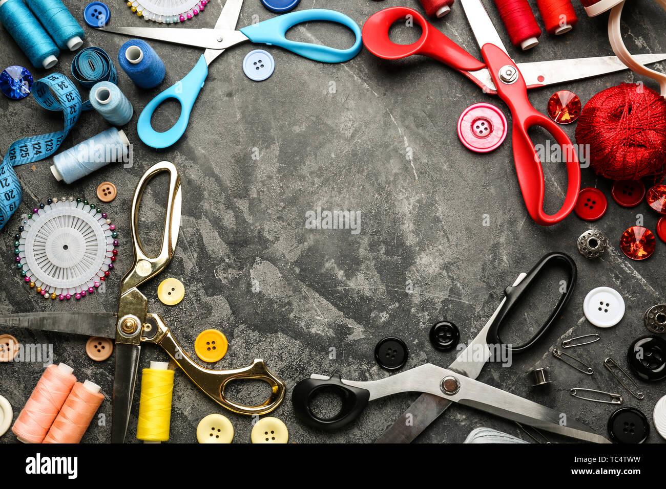 Armadura hecha de hilos de coser y accesorios Grunge antecedentes Foto de stock