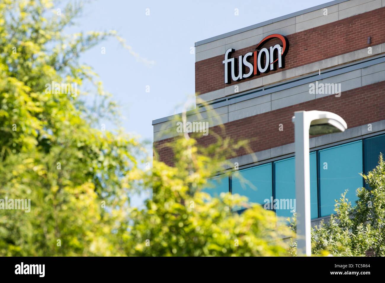 Un logotipo cartel fuera de una instalación ocupada por Fusion Conectar, Inc. en Herndon, Virginia, el 4 de junio de 2019. Imagen De Stock