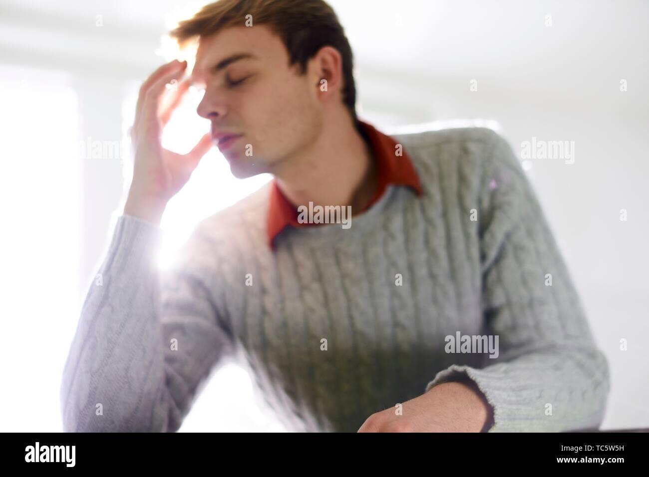 Joven desesperado con las manos en la cabeza, burnout, estudiante, hombre de negocios, agotado, estresante Imagen De Stock