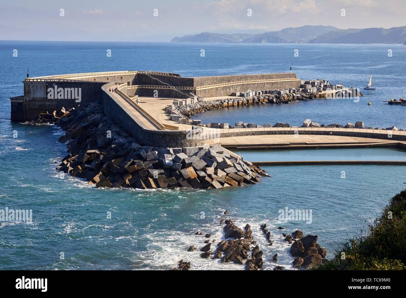 La planta de energía de las olas o wave planta, instalación comercial que funciona mediante la inyección de energía eléctrica generada por las ondas a la red en forma regular Imagen De Stock