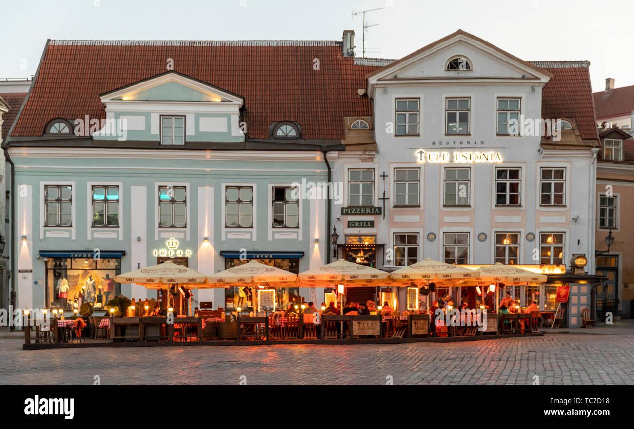 Por la noche en la Plaza de la Ciudad Vieja, Tallin, Estonia Foto de stock