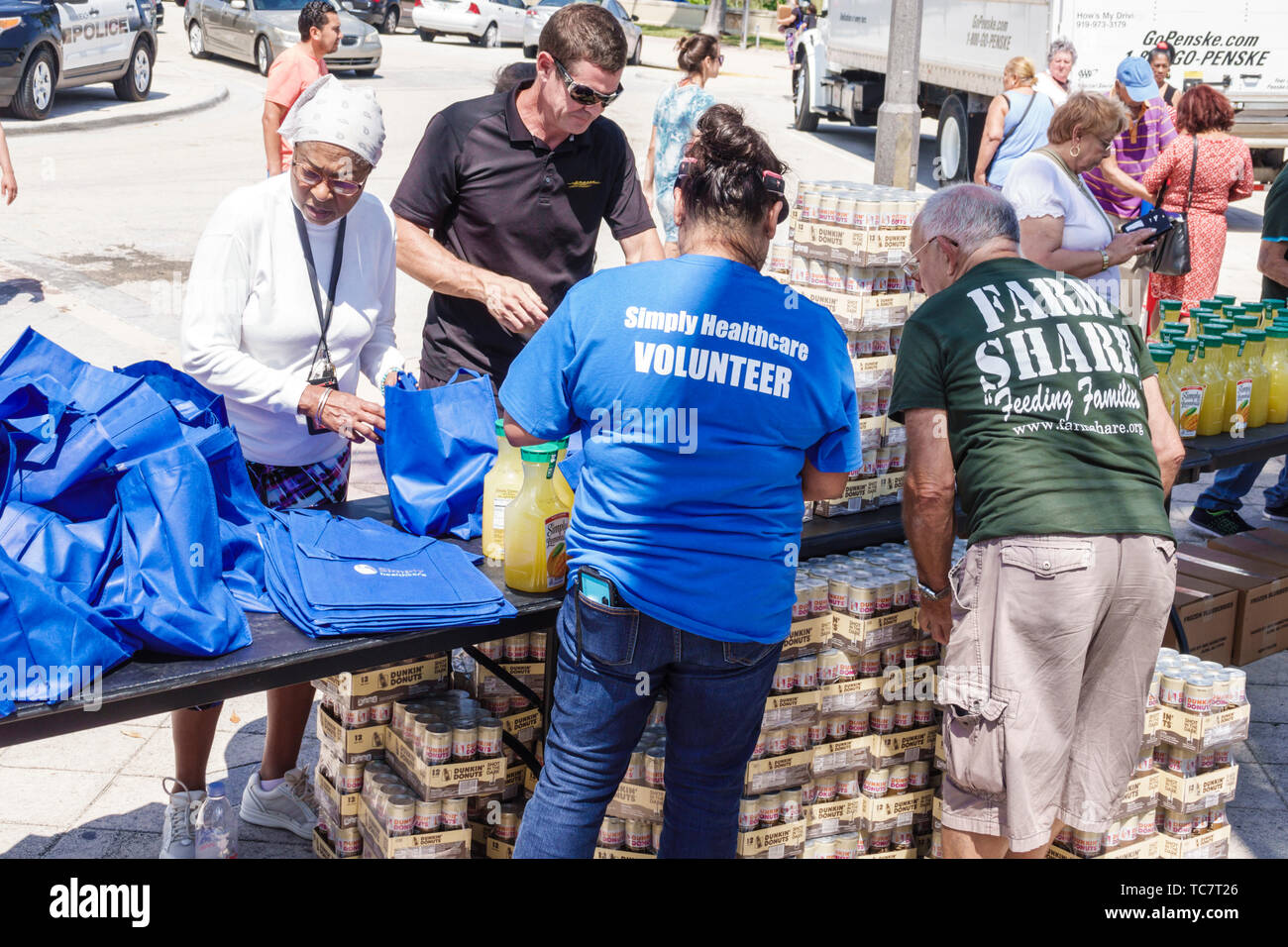 Miami Beach, Florida, North Beach Ocean Terrace Farm compartir alimentos de distribución LIBRE giveaway necesitados de bajos ingresos hombre mujer voluntarios hispanos de raza negra Imagen De Stock