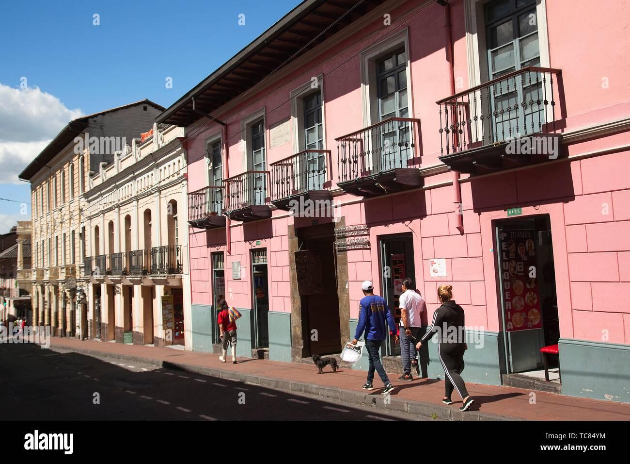 La gente caminando delante de pintorescos edificios coloniales con balcones en el centro histórico de Quito, Ecuador, Sudamérica Foto de stock