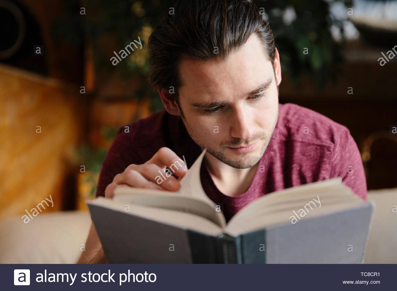 Serena hombre leyendo libro Imagen De Stock