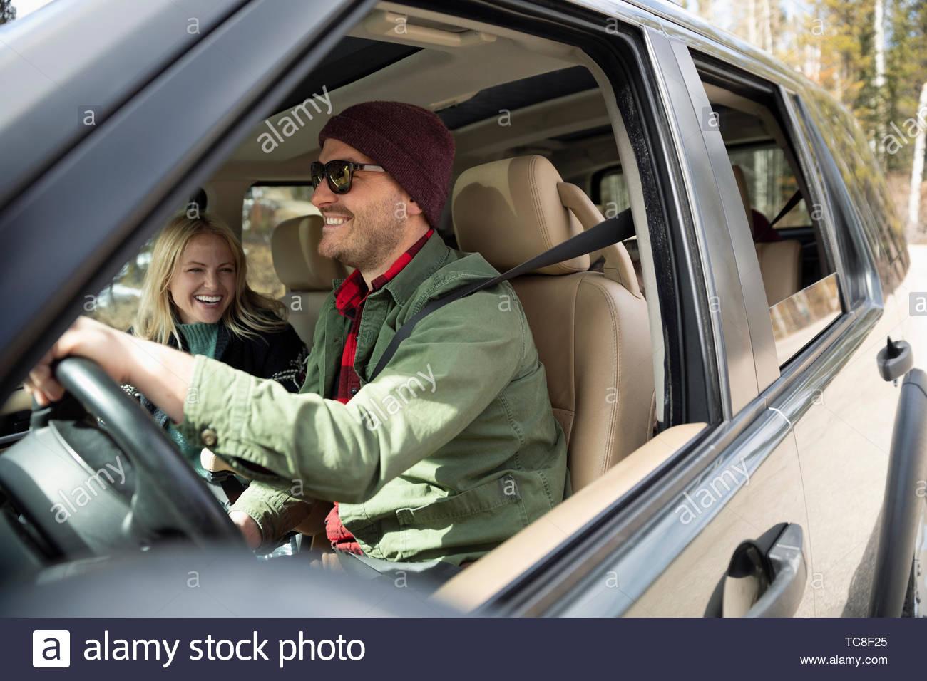 Feliz pareja SUV de conducción Imagen De Stock