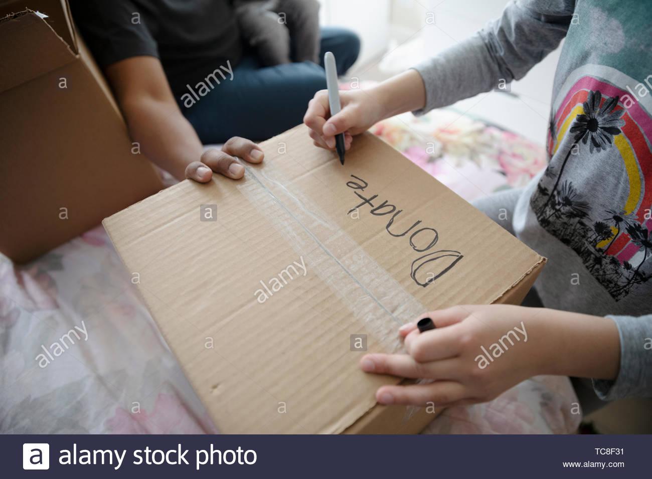 Chica escrito sobre caja de donación Imagen De Stock