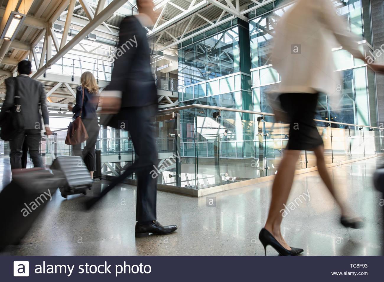 La gente de negocios con las maletas en el traslado en el aeropuerto Imagen De Stock
