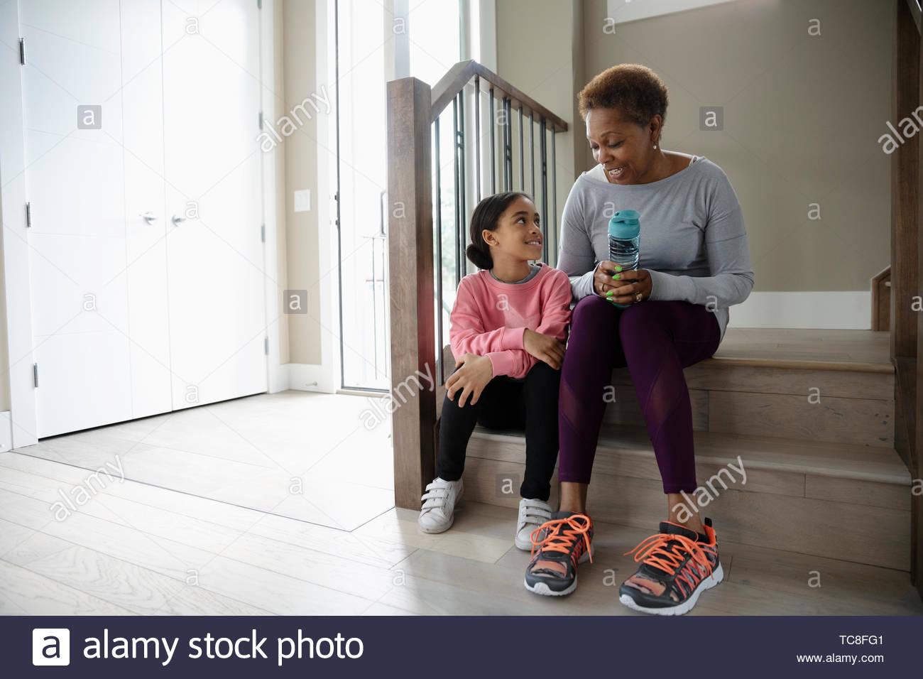 Abuela y nieta se preparan para caminar Imagen De Stock