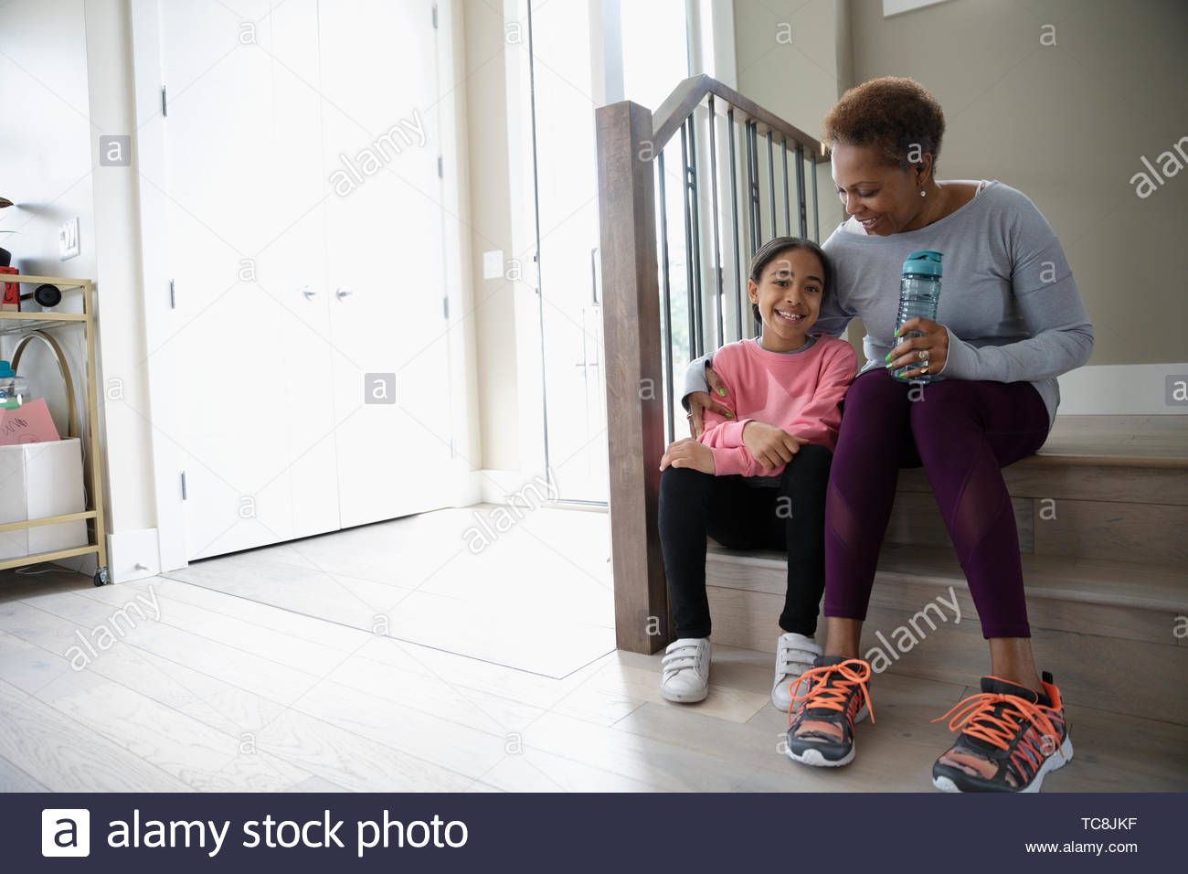 Abuela cariñosa y nieta preparando para caminar Imagen De Stock