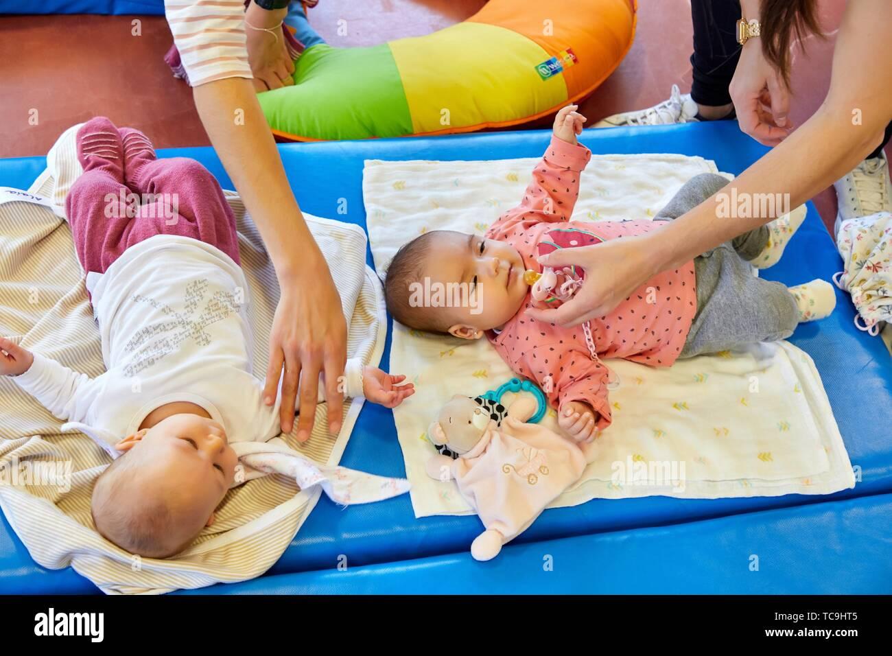 Las madres con bebés en el posparto gimnasia, centro de salud, Zarautz, Gipuzkoa, País Vasco, España Foto de stock