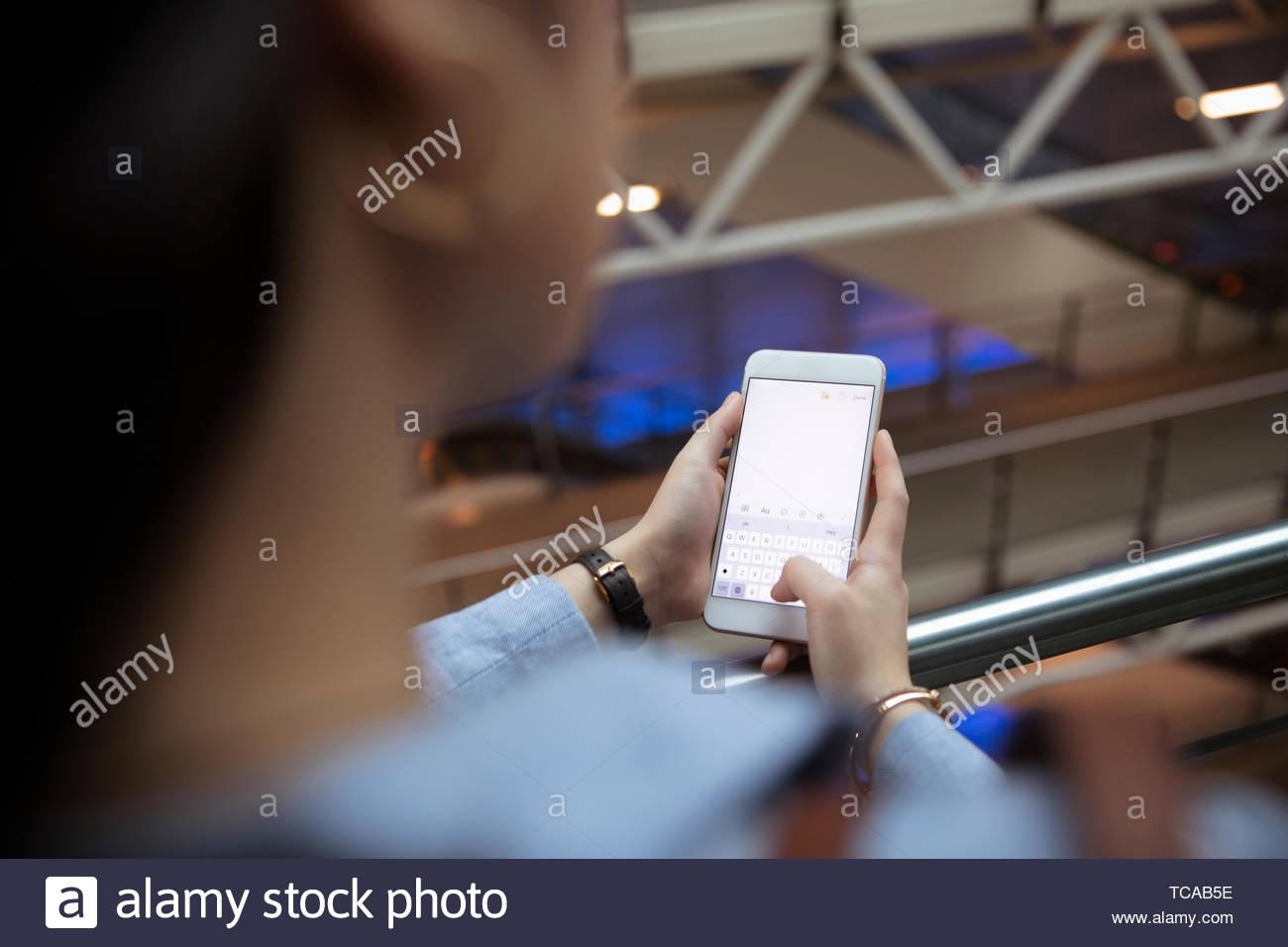 La empresaria utilizando teléfonos inteligentes. Imagen De Stock
