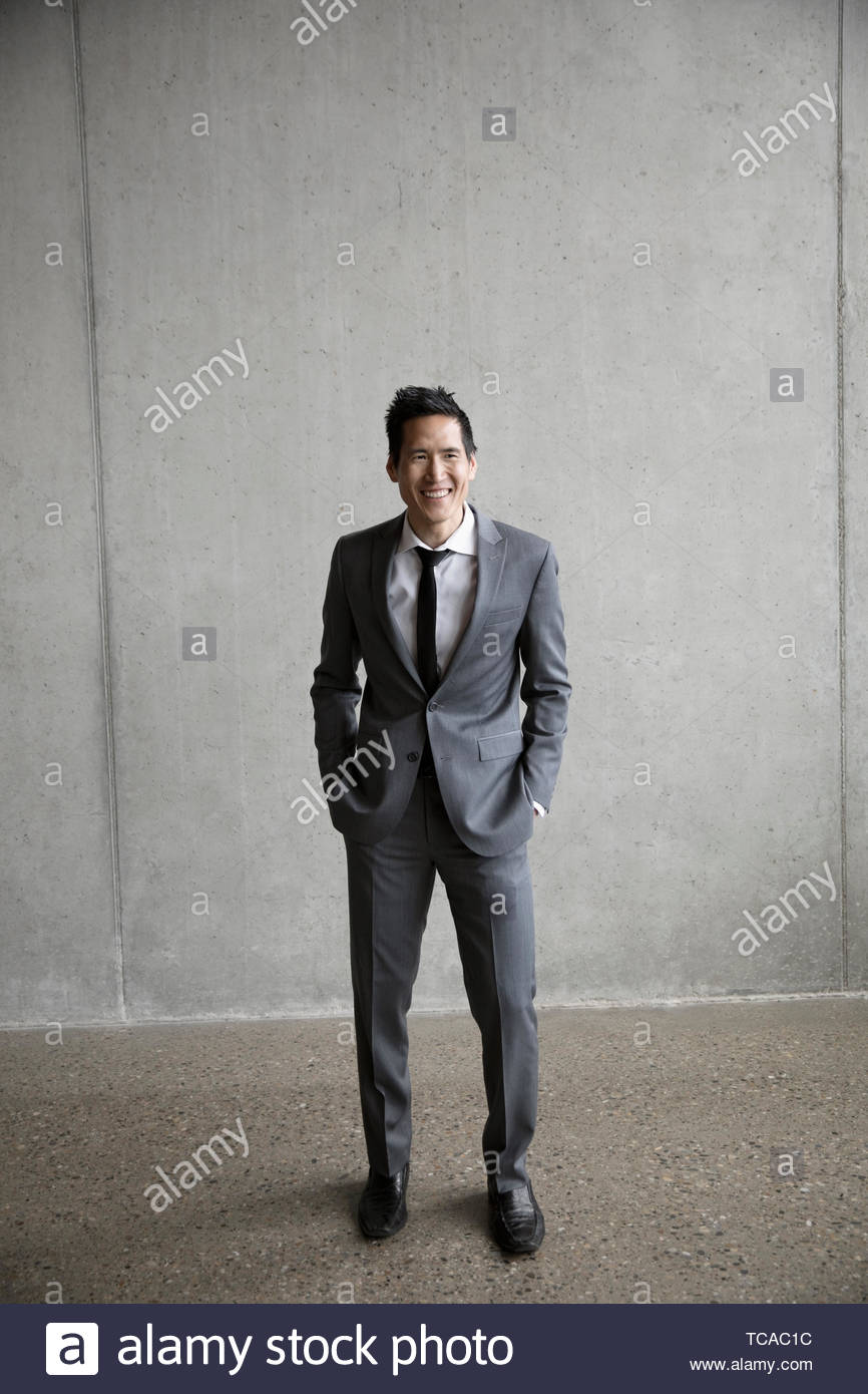 Retrato feliz, seguro, bien vestido empresario Imagen De Stock