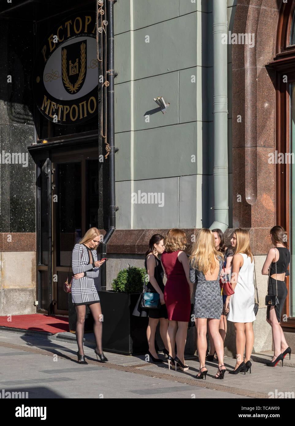 Grupo de jóvenes mujeres rusas en Fancy Dress and spike heels delante del Hotel Metropol, Moscú, Rusia Foto de stock