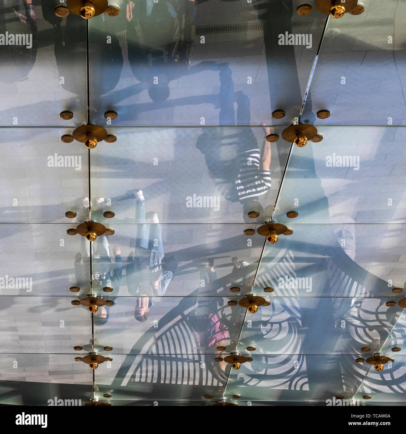 Los peatones se refleja en el techo de vidrio de la entrada de dosel, Hotel Metropol, La Plaza de la Revolución, Moscú, Rusia Foto de stock