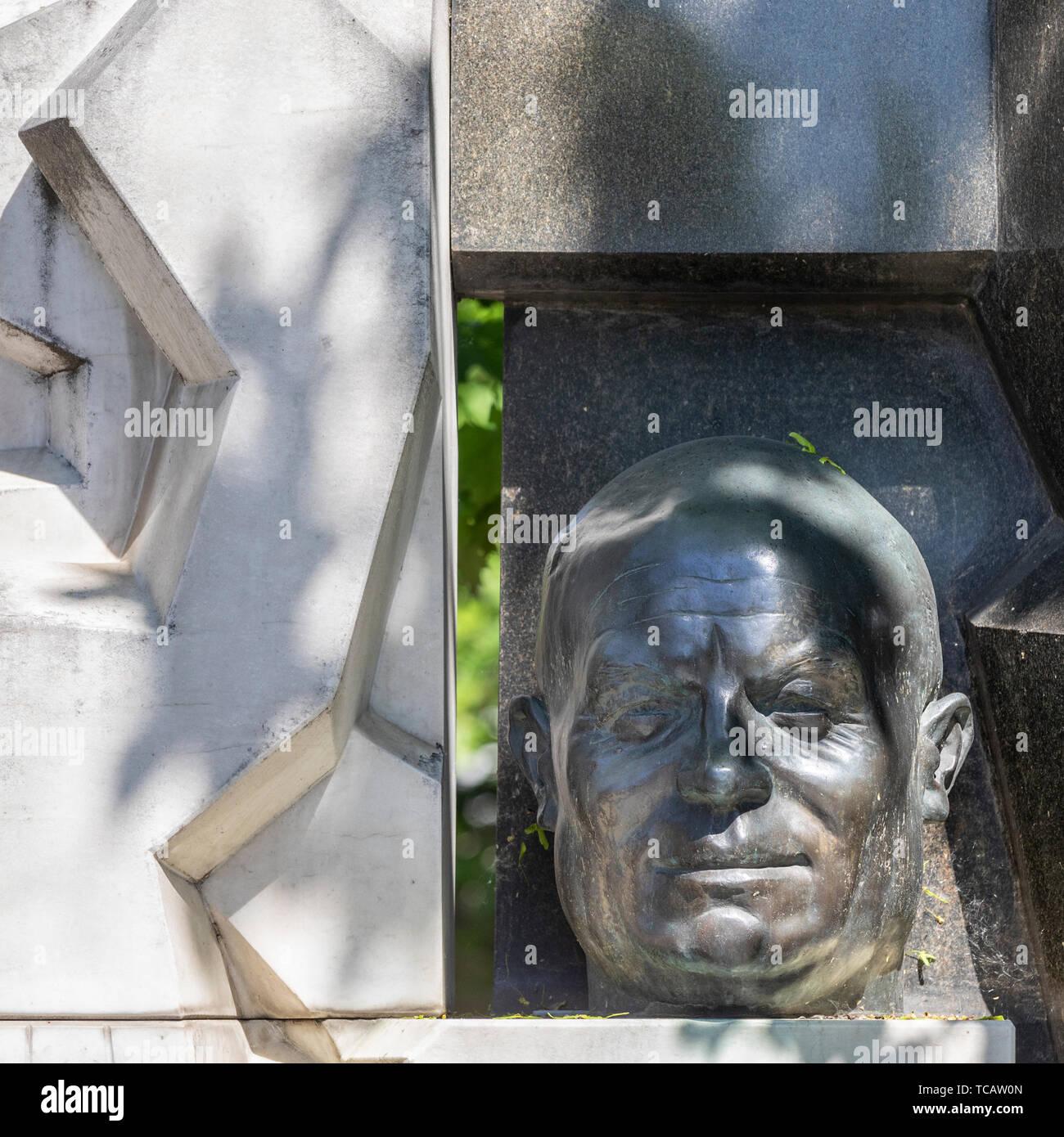 Busto de premier soviético Nikita Khrushchev en su sepultura en el cementerio de Novodevichy, Moscú, Rusia Foto de stock