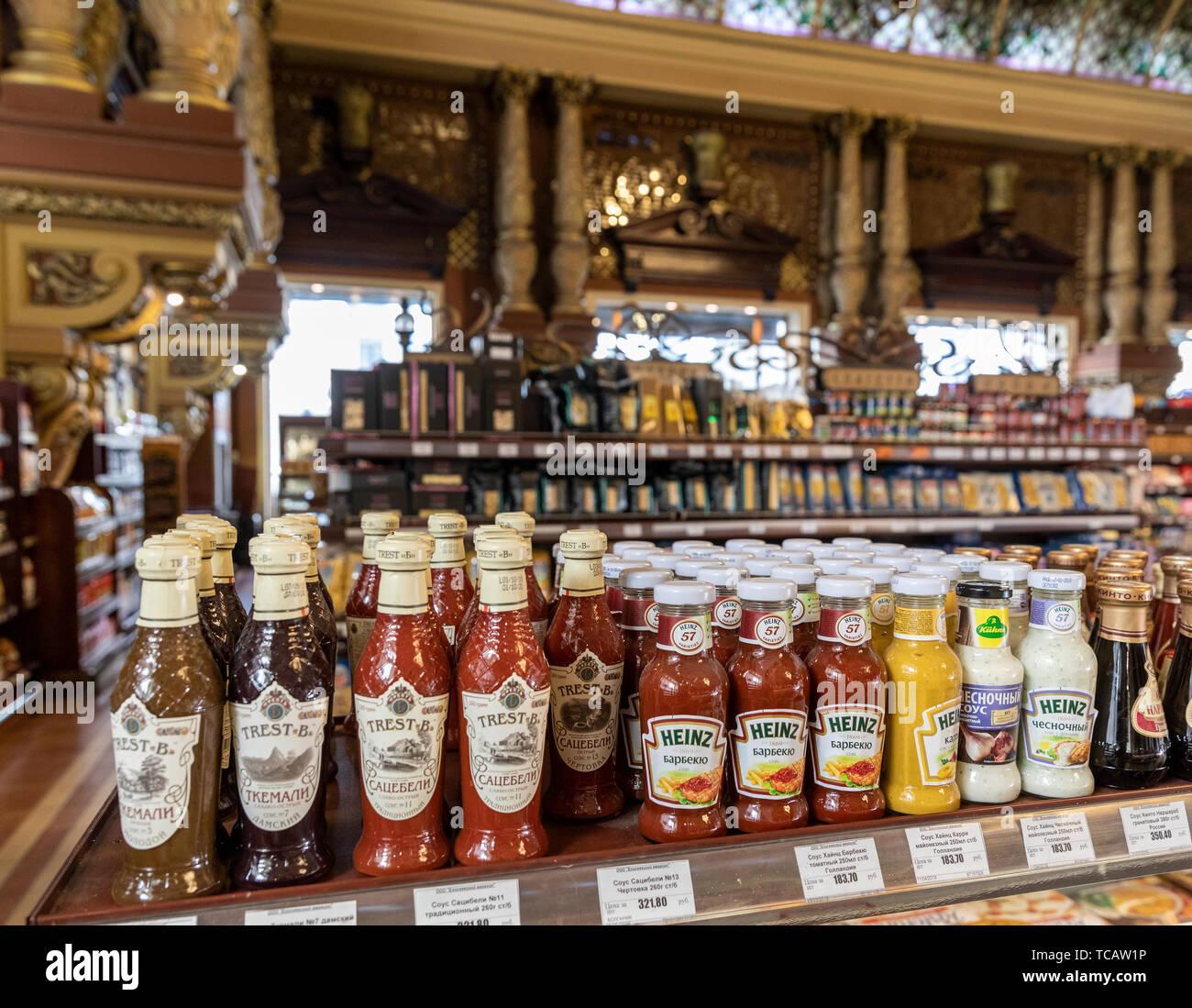 Condimentos en venta en gastronom Eliseevsky # tienda de comida, Tverskaya 14, Moscú, Rusia Foto de stock
