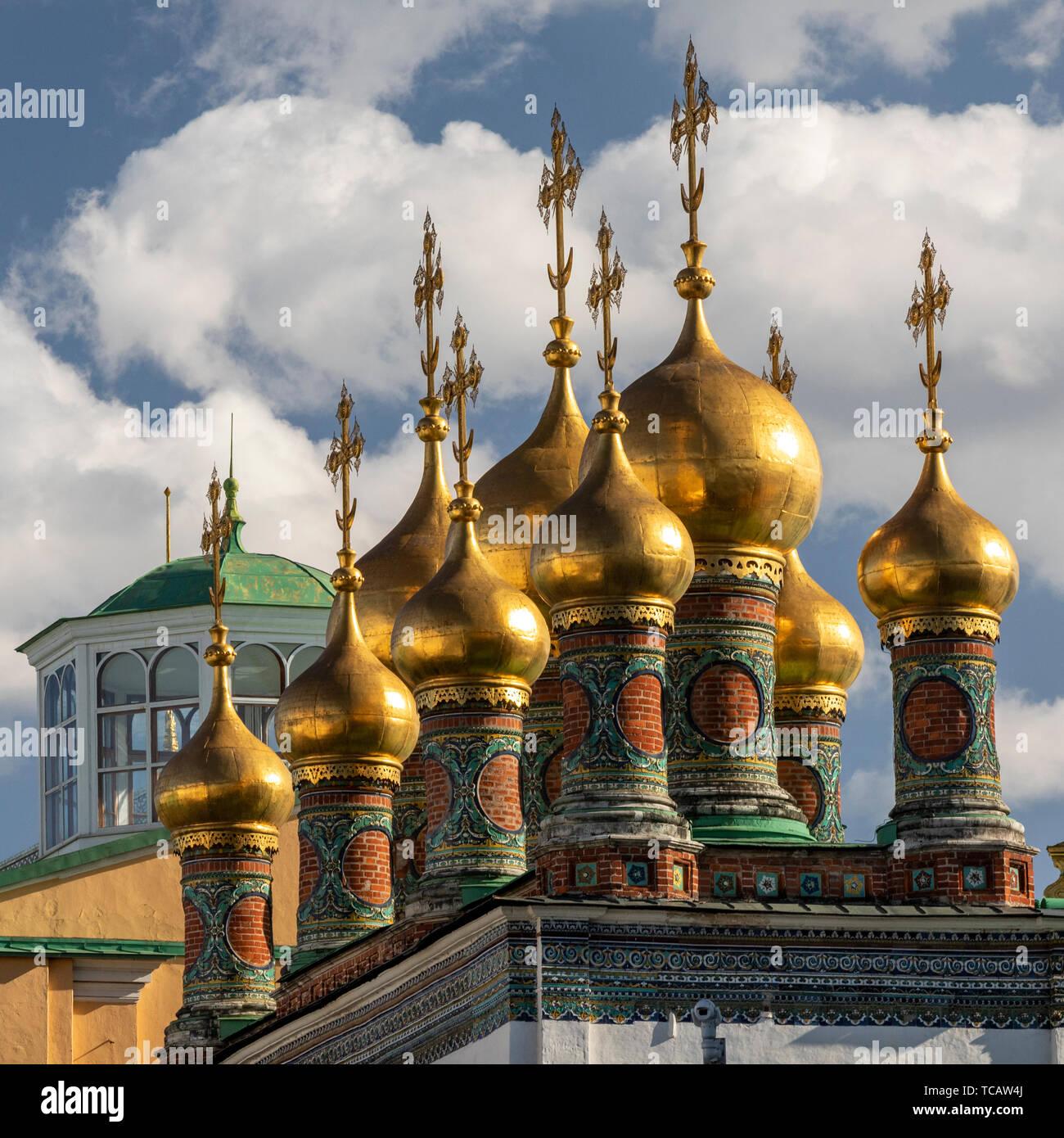 Cúpulas en forma de cebolla dorados del Palacio Terem del Kremlin, Moscú, Rusia Foto de stock