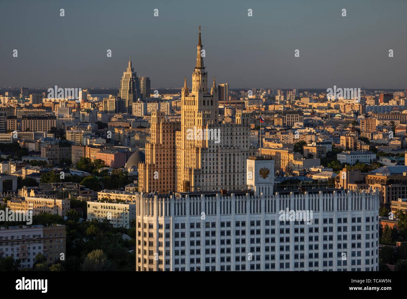 Vista de la Casa de Gobierno de la Federación de Rusia (la Casa Blanca) y una torre de pastel de bodas era de Stalin, Moscú, Rusia Foto de stock