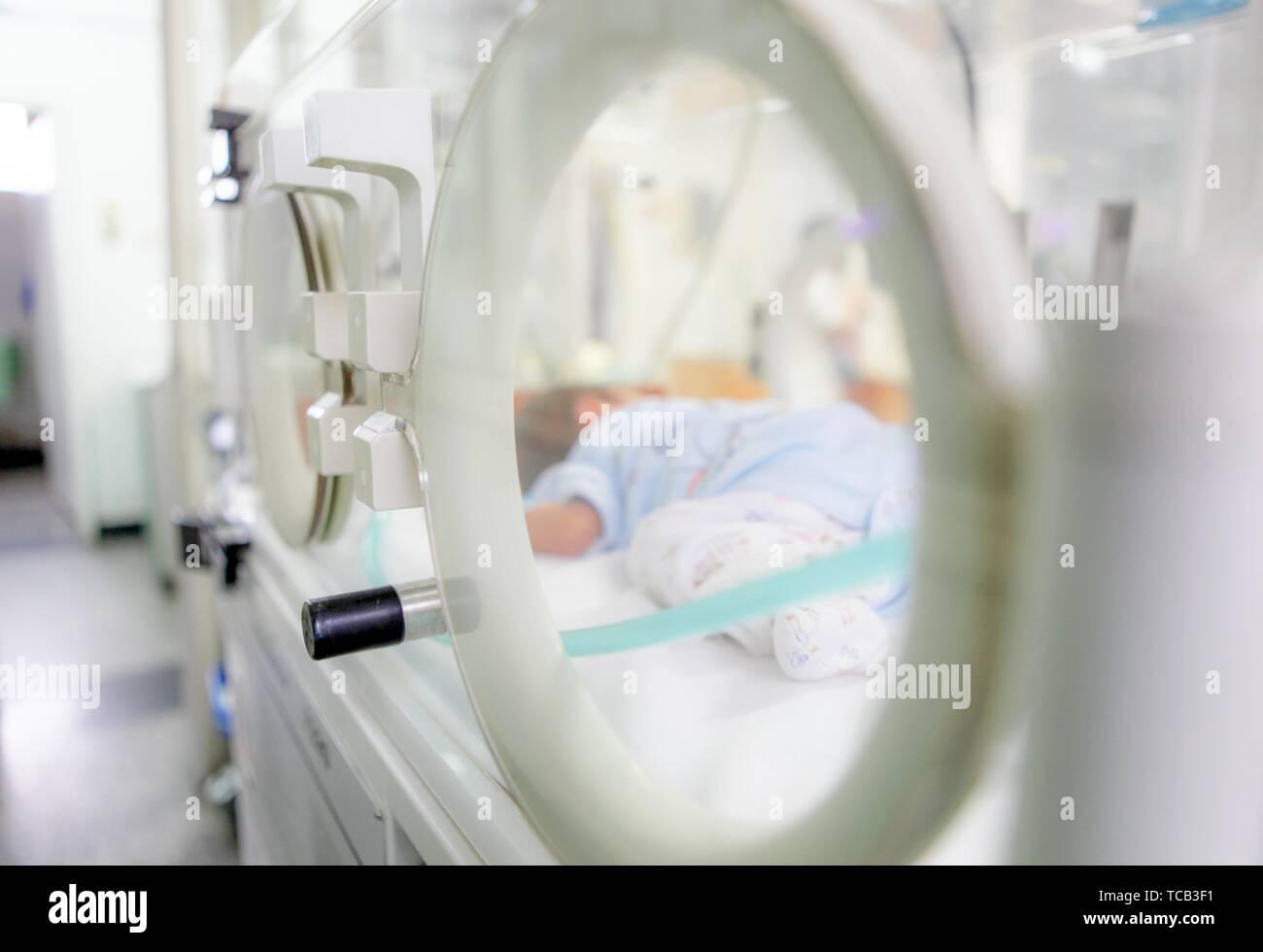 SLIVEN, BULGARIA - Enero 21, 2012: el bebé recién nacido en el hospital. Foto de stock