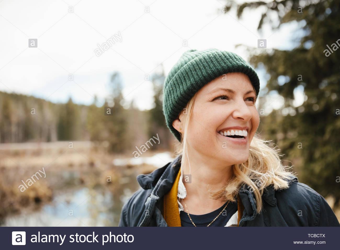 Feliz, despreocupada mujer senderismo en el bosque Imagen De Stock