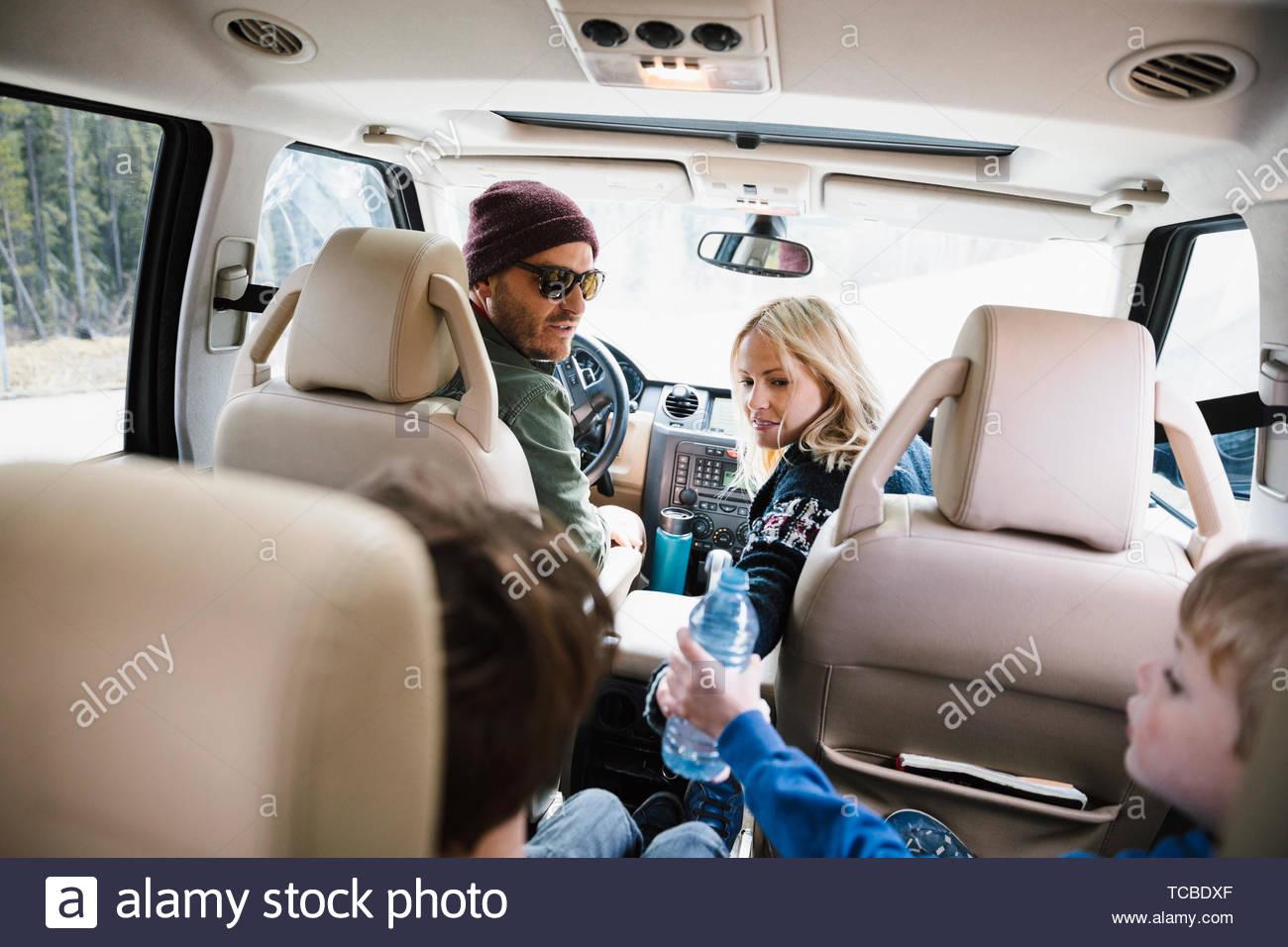 Familia en viaje por carretera, montando en el SUV Imagen De Stock