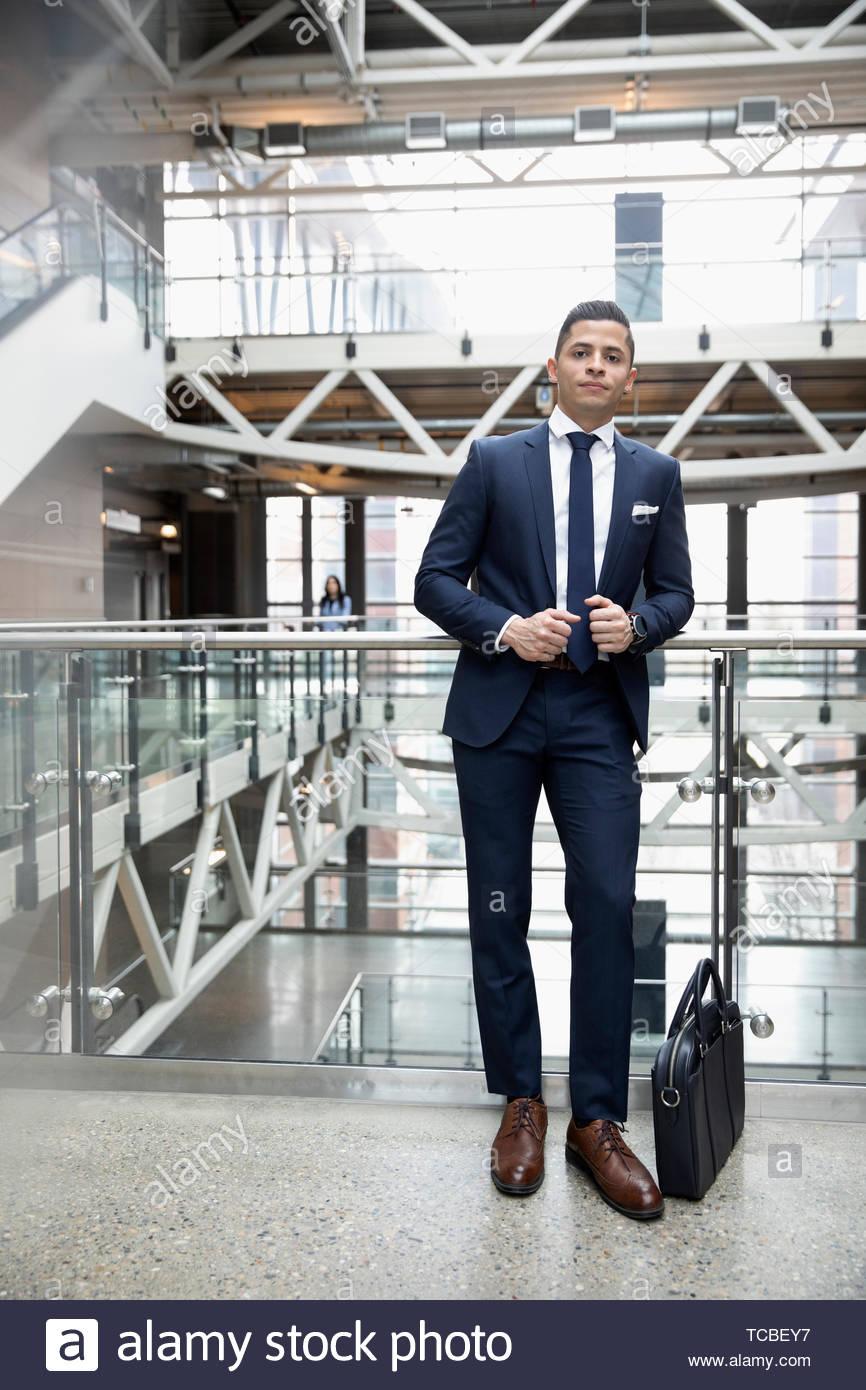 Retrato seguros, bien vestida de joven empresario en Office atrium balcón Imagen De Stock