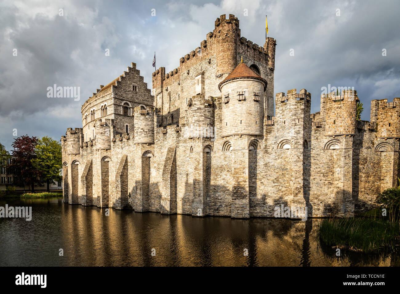 Murallas y torres de Gravensteen castillo medieval con foso en primer plano, Gante, Bélgica Flandes Oriental Foto de stock