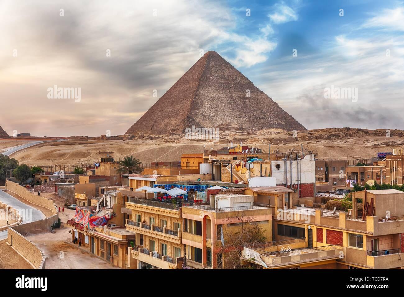 La pirámide de Keops y la cercana localidad de Giza en El Cairo, Egipto. Foto de stock