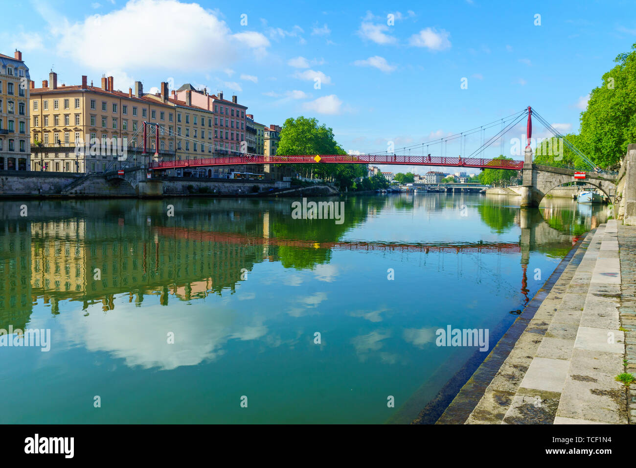 El río Saône, y Saint-Gorges bridge, en el casco antiguo de Lyon, Francia. Foto de stock