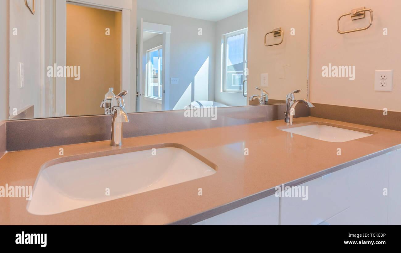 Panorama lavabo doble dentro del cuarto de baño moderno de ...