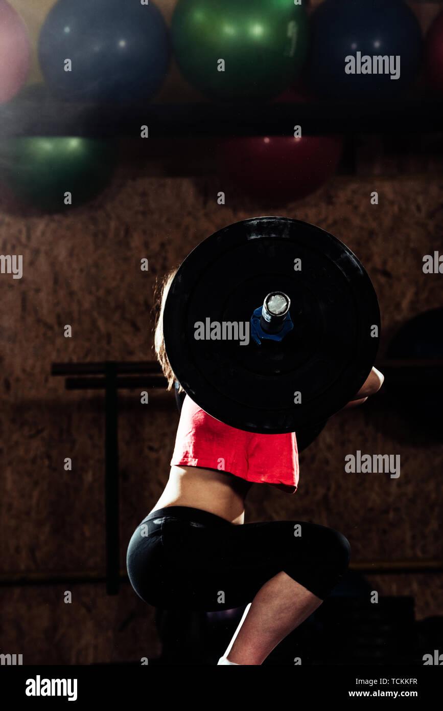Mujer fuerte, el levantamiento de pesas como parte de una rutina de ejercicios crossfit Imagen De Stock