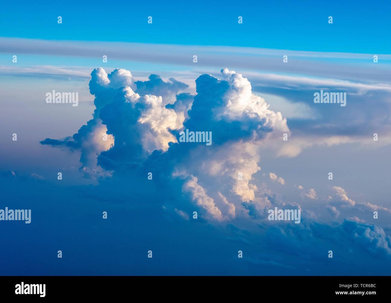 Cumulonimbus espectaculares formaciones nubosas al atardecer tomada desde la ventana de una aeronave en el sur de Europa. Imagen De Stock