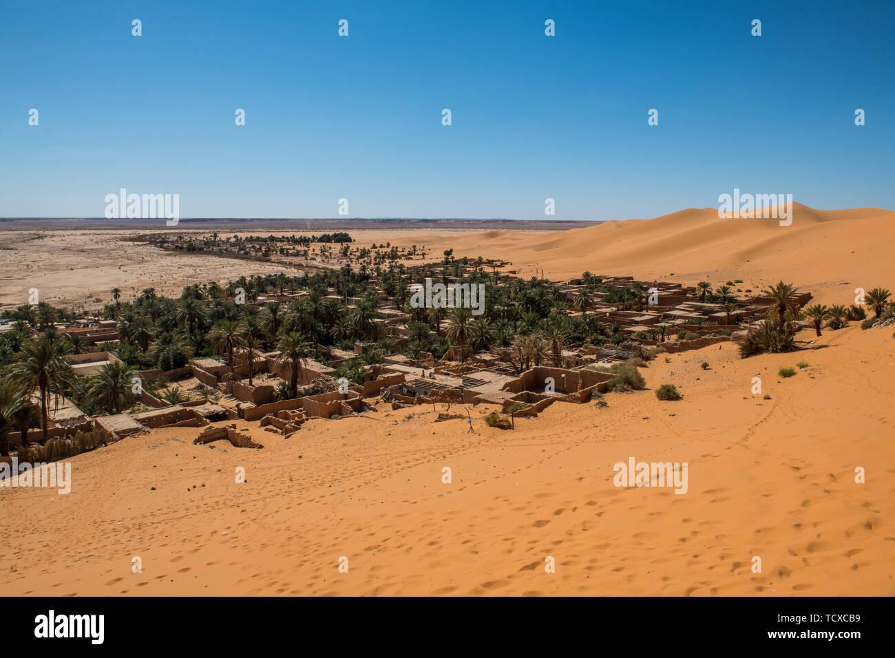 Vistas del oasis de palmeras en Beni Abbes, el Sahara, Argelia, Norte de África, África Foto de stock