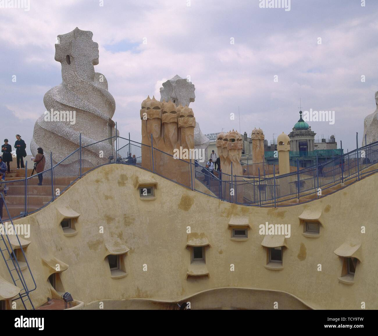 TEJADO ONDULADO Y CHIMENEAS MODERNISTAS- 1906-10. Autor: Antonio Gaudí. Ubicación: la CASA MILÀ O LA PEDRERA-exterior. España. Imagen De Stock