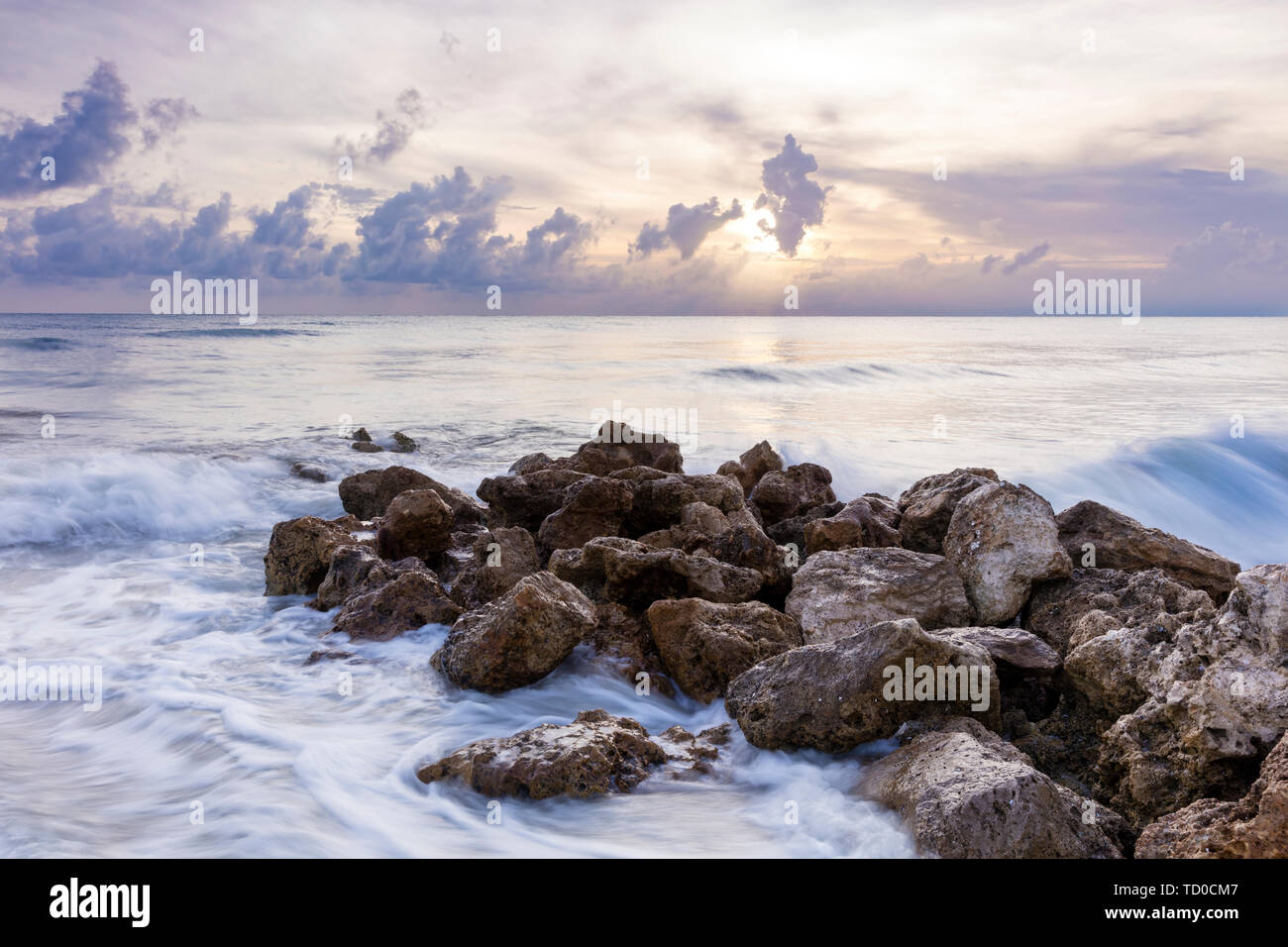 Rocas en Naples Beach al atardecer, Naples, Florida, EE.UU. Foto de stock
