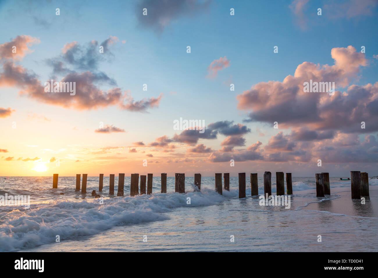 Viejo Muelle pilotes durante la puesta de sol sobre el Golfo de México, Naples, Florida, EE.UU. Foto de stock
