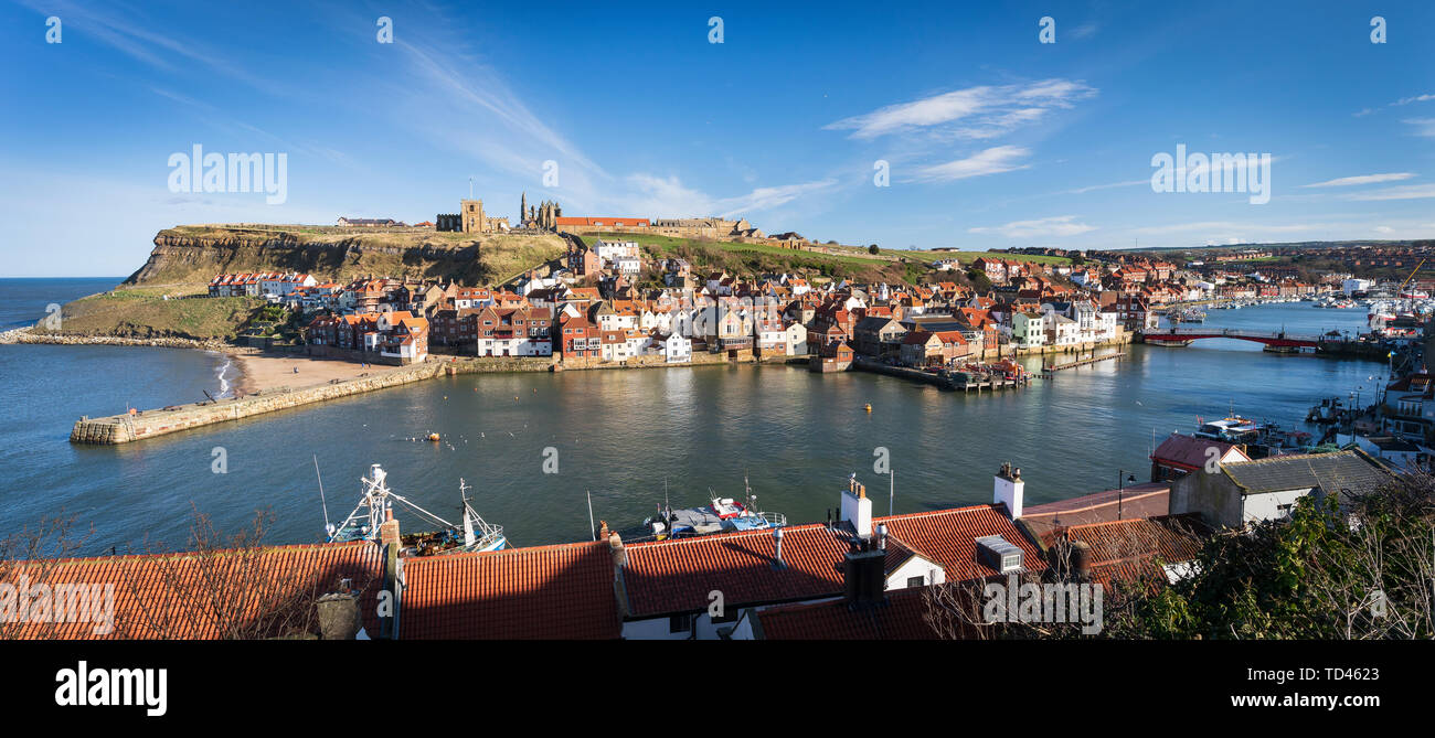Whitby Abbey, St Mary's Church, 199 pasos y el Río Esk y Harbor, Whitby, Yorkshire, Inglaterra, Reino Unido, Europa Imagen De Stock
