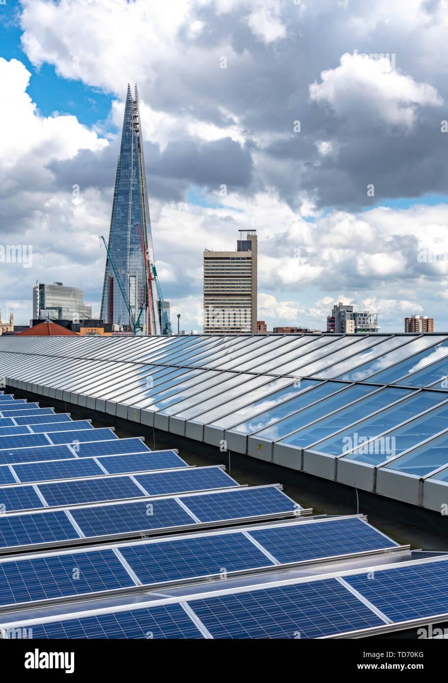 El paisaje urbano de Londres con el Shard en la distancia. Disparo de la habitación del miembro de la Tate Modern - visto en primer plano con los paneles solares. Imagen De Stock