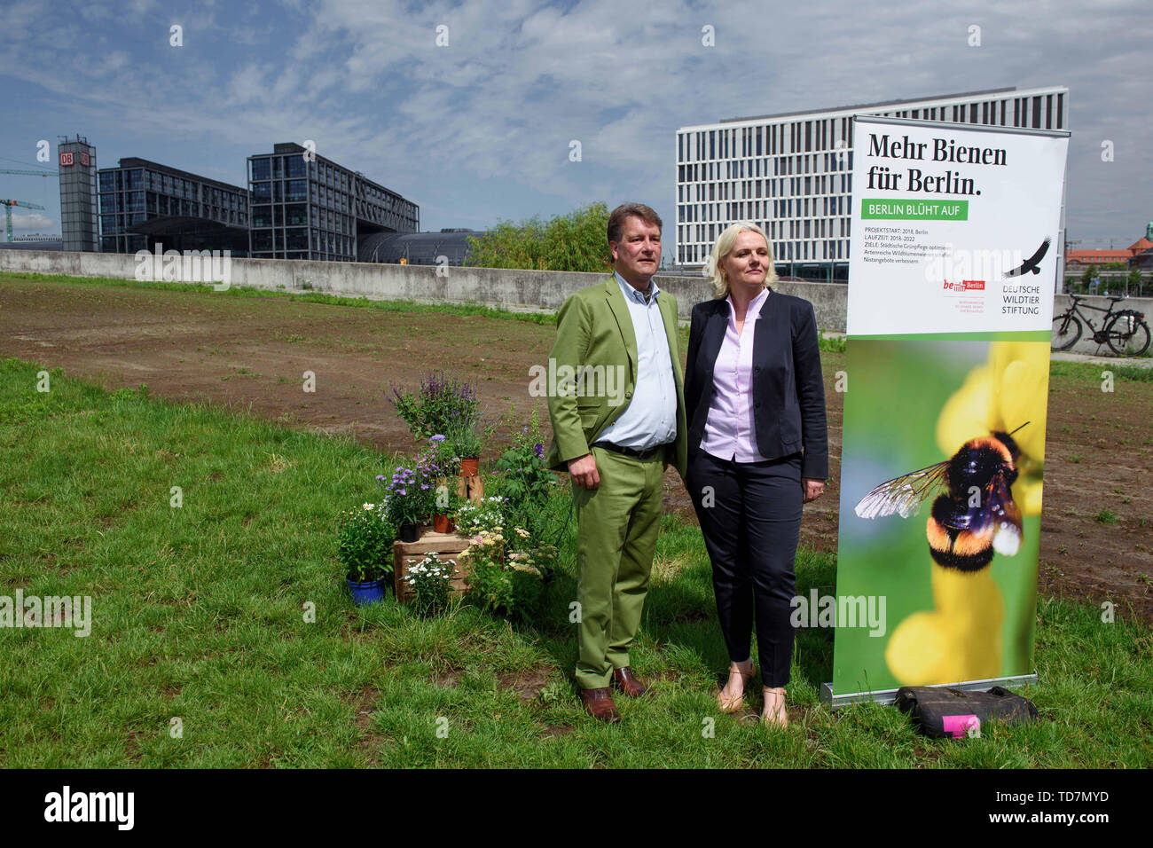 13 de junio de 2019, Berlín: Hilmar Freiherr von Münchhausen, Director General y Jefe de la unidad de naturaleza y la conservación de las especies en la vida silvestre, y la Fundación Alemana Regine Günther (no de partido), el senador por el medio ambiente, el transporte y la protección del clima en Berlín, se encuentra delante de un recién creado wildflower meadow en el Spreebogenpark en la estación de tren principal. Las primeras flores silvestres que se espera que crezca este año. En un proyecto piloto, el alemán Wildlife Foundation y el Departamento del Senado para el Medio Ambiente, el transporte y la protección del clima están probando la actualización de verde público s Foto de stock