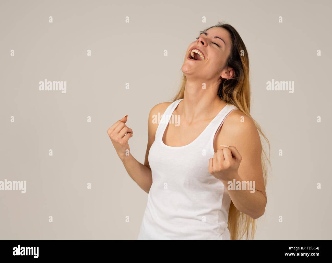 Retrato de hermosa conmocionada joven ganando o que tiene un gran éxito con sorpresa y cara feliz sensación tan entusiasmados. Expresión humana positiv Imagen De Stock