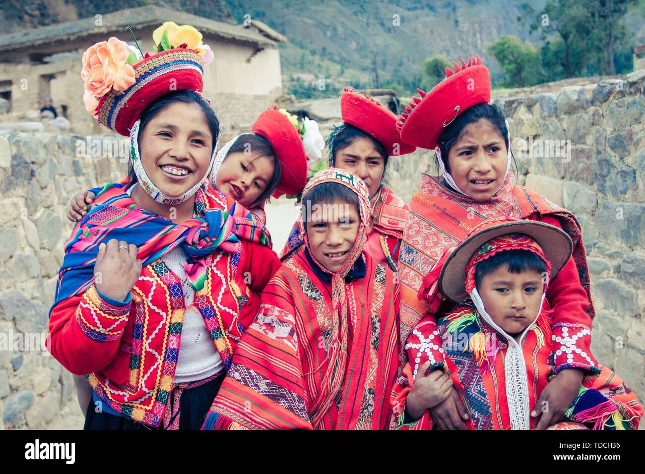 043343794 Trajes Peruanos Imágenes De Stock & Trajes Peruanos Fotos De Stock ...