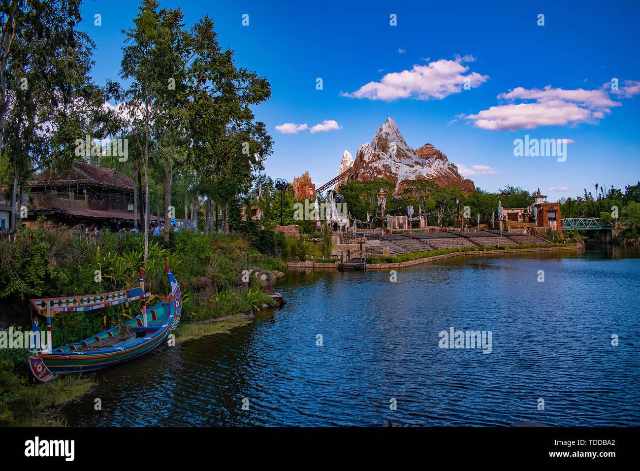 Orlando, Florida. Abril 29, 2019 coloridos barcos , lago azul y Expedition Everest mountain en el Reino Animal. Foto de stock