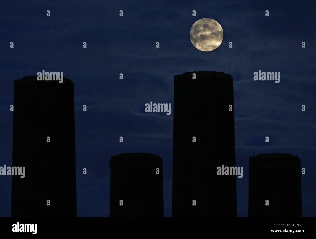 La Luna en cuarto menguante con cera, pasando a través de ...