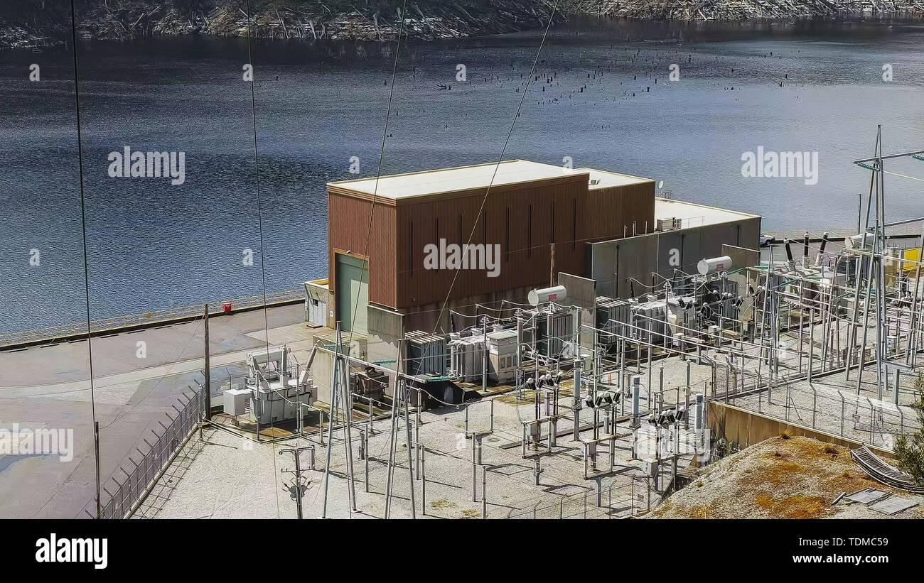 Edificio de control y transformadores de strathgordon dam Foto de stock