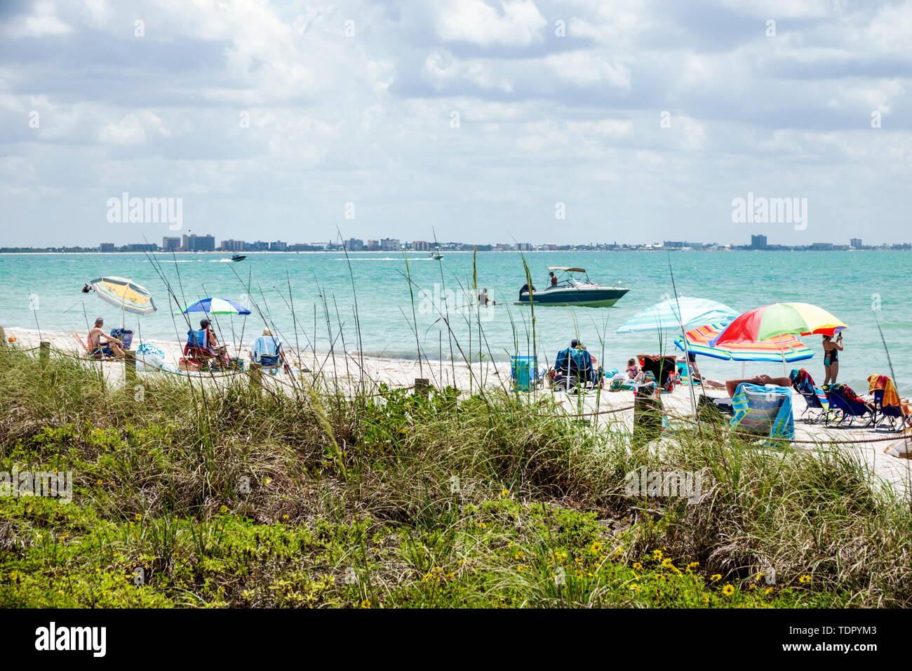Florida, Isla Sanibel, Costa del Golfo de México, arena blanca, playa, agua, costa, sombrillas, adultos hombre hombres hombres hombres, mujer mujer mujer mujer dama, murciélago Foto de stock